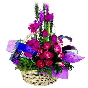 çikolata ve sepette çiçek   Artvin çiçek gönderme sitemiz güvenlidir