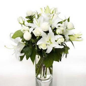 Artvin çiçek gönderme sitemiz güvenlidir  1 dal cazablanca 7 adet beyaz gül vazosu