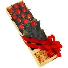 kutuda 12 adet kirmizi gül   Artvin çiçek yolla