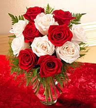 Artvin uluslararası çiçek gönderme  5 adet kirmizi 5 adet beyaz gül cam vazoda
