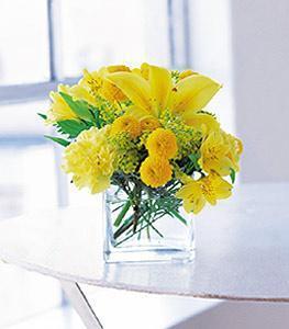 Artvin cicekciler , cicek siparisi  cam vazo içerisinde sari çiçeklerden tanzim