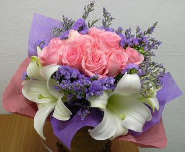 güller ve kazablanka buketi  Artvin çiçekçi mağazası