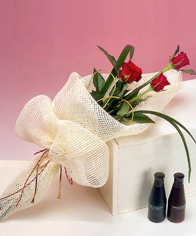 3 adet kalite gül sade ve sik halde bir tanzim  Artvin internetten çiçek siparişi