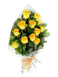 Artvin güvenli kaliteli hızlı çiçek  12 li sari gül buketi.