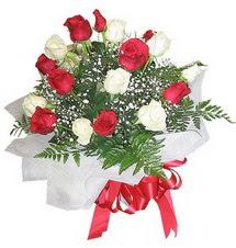 Artvin çiçek , çiçekçi , çiçekçilik  12 adet kirmizi ve beyaz güller buket