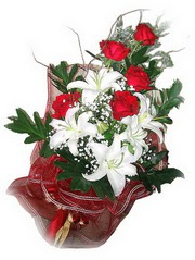 Artvin kaliteli taze ve ucuz çiçekler  5 adet kirmizi gül 1 adet kazablanka çiçegi buketi