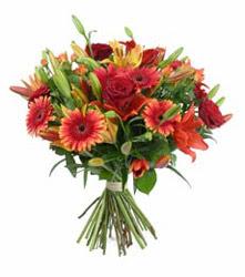 Artvin çiçek gönderme  3 adet kirmizi gül ve karisik kir çiçekleri demeti