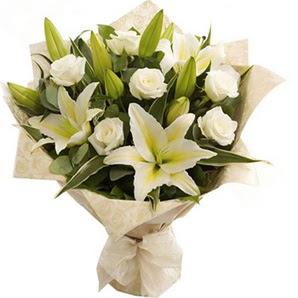 Artvin anneler günü çiçek yolla  3 dal kazablanka ve 7 adet beyaz gül buketi