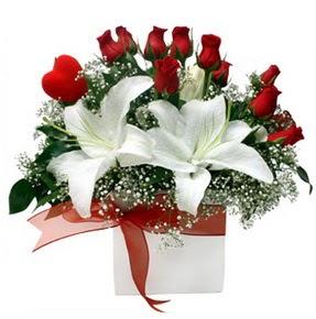 Artvin çiçekçi mağazası  1 dal kazablanka 11 adet kırmızı gül vazosu