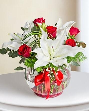 Fanus Vazoda 2 Lilyum ve 5 Gül Dansı  Artvin çiçek gönderme