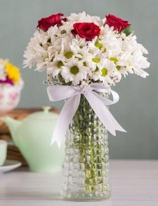 Papatya Ve Güllerin Uyumu camda  Artvin çiçek gönderme sitemiz güvenlidir
