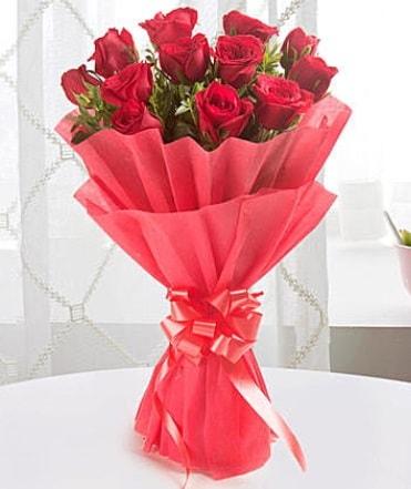 12 adet kırmızı gülden modern buket  Artvin çiçek yolla