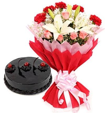 Karışık mevsim buketi ve 4 kişilik yaş pasta  Artvin çiçekçi mağazası